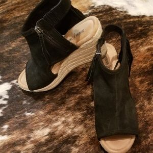 Minnetonka sz 8 black suede wedges worn once